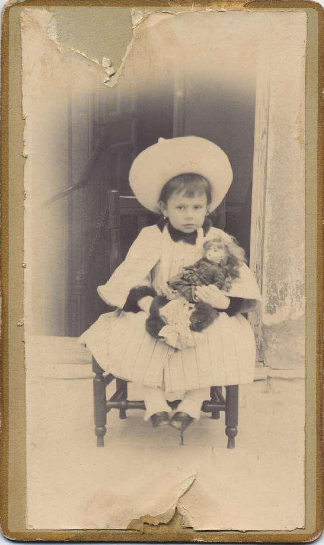1880. FOTOGRAFOS ESPAÑOLES - Desconocido. Niña con muñeca, carte de visite , ca. 1880. Hesperus´ Collection