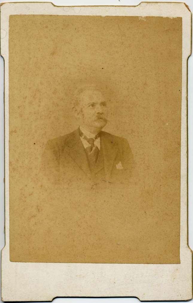 1880. FOTOGRAFOS ESPAÑOLES - Fotografía de la Alfalfa, Sevilla. Retrato de caballero, formato 9,5X14,5 cm, ca. 1880. Hesperus´ Collection