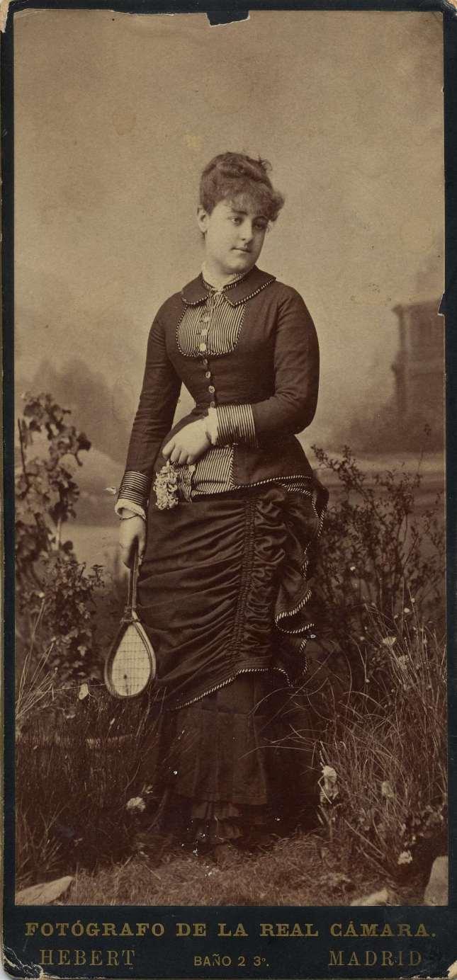 1880. FOTOGRAFOS ESPAÑOLES - Hebert (1819-1891), Madrid. Dama joven desconocida - tenista, ca. 1880. Formato 10X21. Album Lopez, Hesperus´ Collection