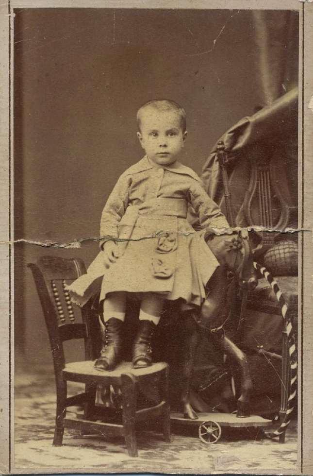 1880. FOTOGRAFOS ESPAÑOLES - Hebert (1819-1891), Madrid. Niño con caballito,carte de visite, ca. 1880.  Album Lopez, Hesperus´ Collection