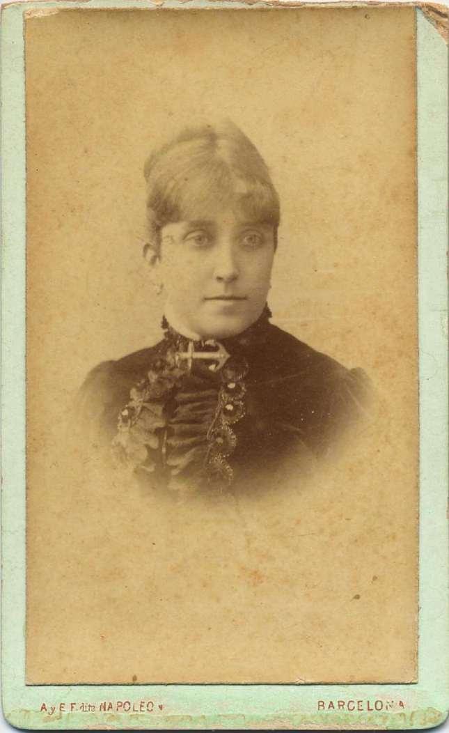 1880. FOTOGRAFOS ESPAÑOLES - Napoleon, Barcelona  , Busto de dama, carte de visite, ca. 1880, Album Reig, Hesperus´ Collection)
