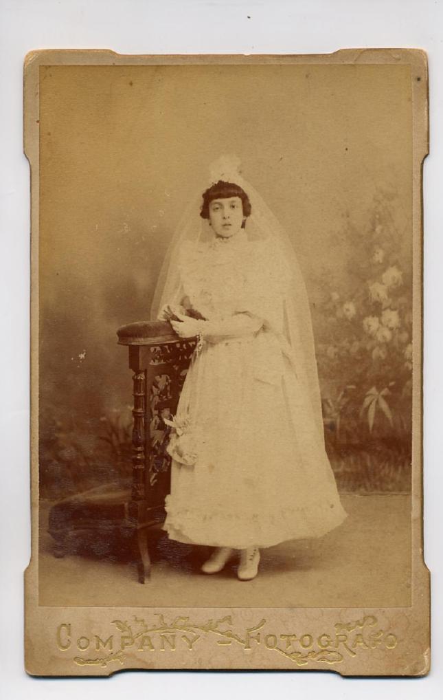 1880s. FOTOGRAFOS ESPAÑOLES - Campañy, Manuel (1870-1933). Niña, en Comunión, Cabinet 1880s. Hesperus´s Collection