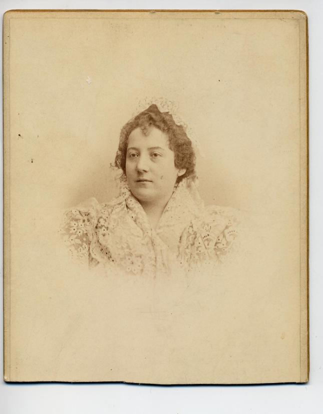 1880s. FOTOGRAFOS ESPAÑOLES - Castillo, M., Sevilla. Busto de Dama, Cabinet, recortada, ca. 1880s. Hesperus´ Collection