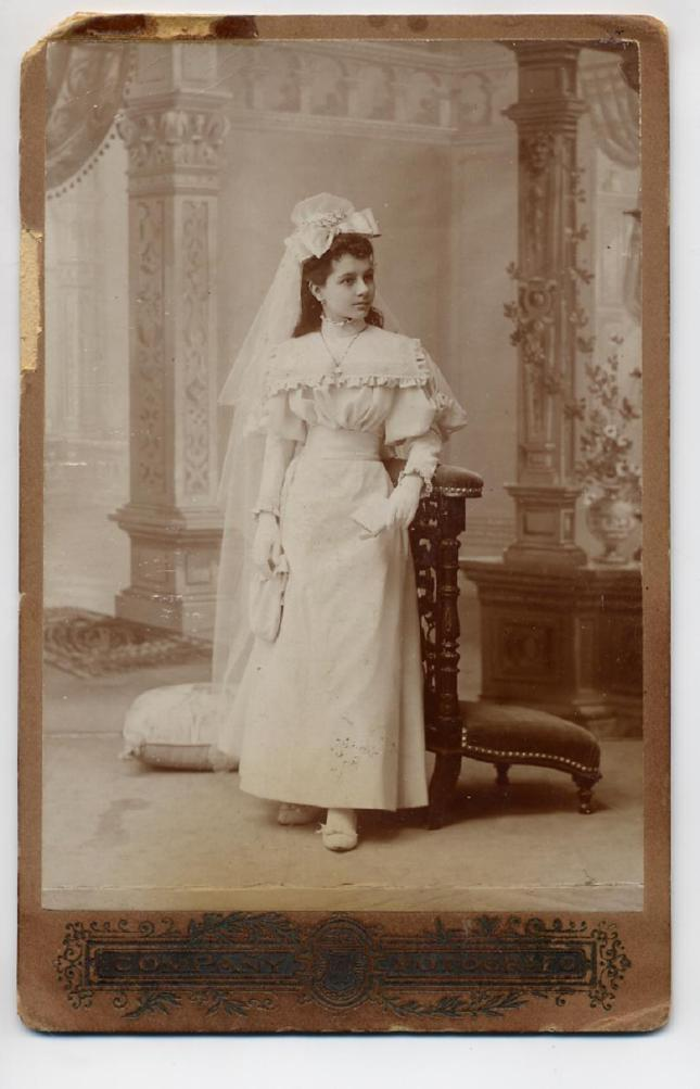 1880s. FOTOGRAFOS ESPAÑOLES - Compañy, (1870-1933), Madrid. Niña en primera comunión, Cabinet, 1880s. Hesperus´s Collection
