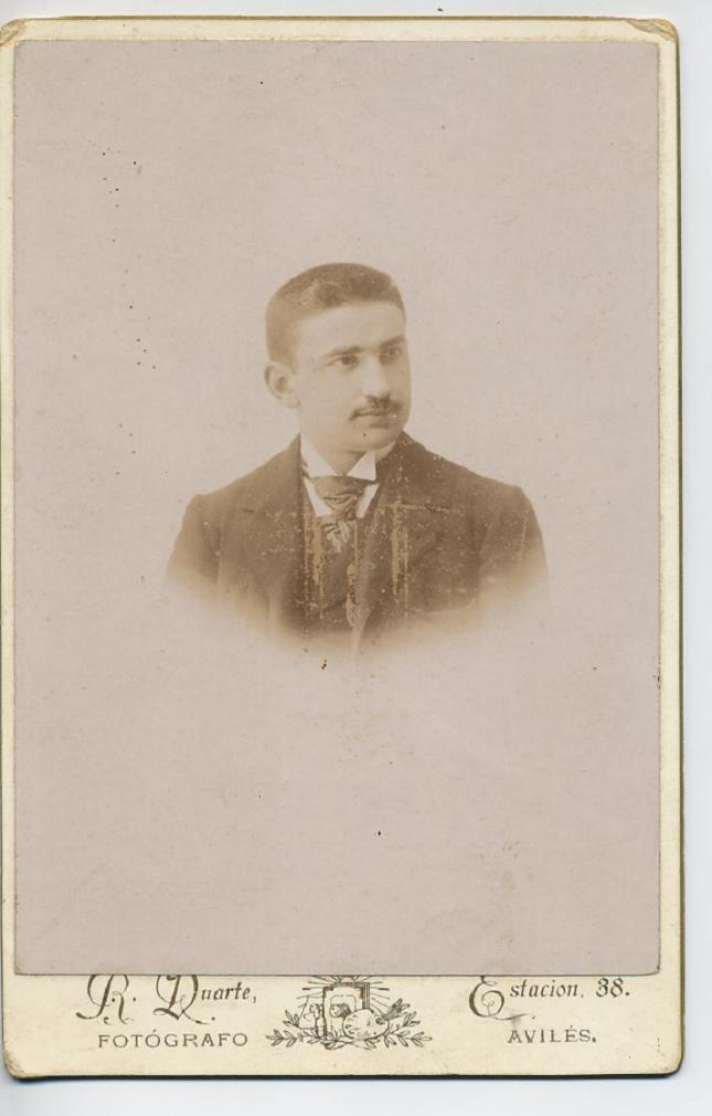 1880s. FOTOGRAFOS ESPAÑOLES - Duarte, R., Avilés. 1880s, retrato de caballero, formato cabinet, Hesperus´ Collection