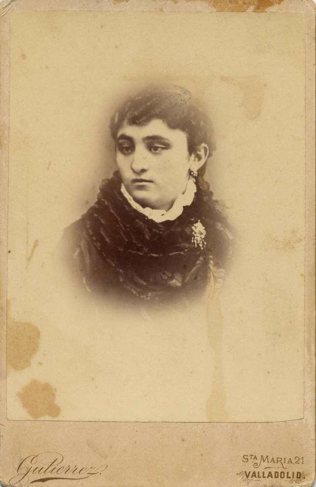 1880s. FOTOGRAFOS ESPAÑOLES - Gutierrez (hijo), sucesor de Hortelano, Valladolid. Dama. carte de visite, 1880s. Hesperus´ Collection