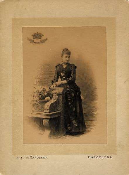 1880s. FOTOGRAFOS ESPAÑOLES - Napoleon, Barcelona.   Retrato de dama, formato cabinet, 1880s. (Hesperus´ Collection)