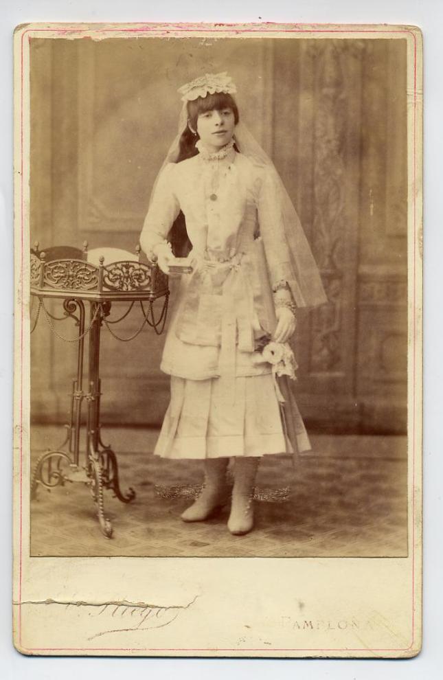 1880s. FOTOGRAFOS ESPAÑOLES - Pliego, Emilio, Pamplona. Niña, retrato de Comunion, formato 10X14cm, 1880s. Hesperus´s  Collection