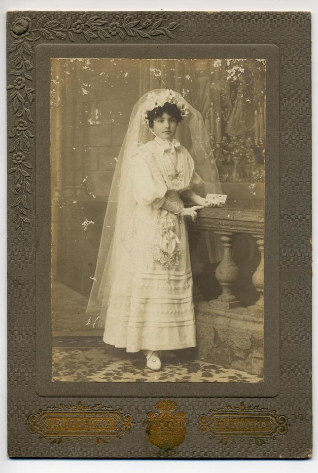 1880s. FOTOGRAFOS ESPAÑOLES - Ruiz de Luna, J., Talavera.Niña, retrato de  comunión. Cabinet, ca. 1885. Hesperus´ Collection