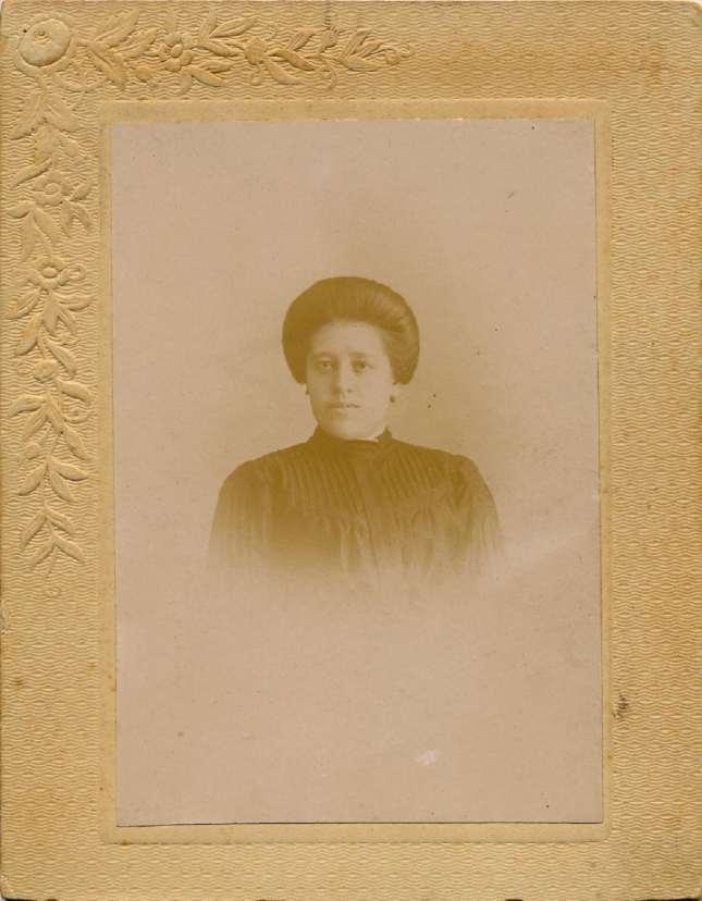 1880s. FOTOGRAFOS ESPAÑOLES - Sociedad Electro - Fotografica, Director Quiroga, Gijón. Retrato de dama, formato  7 X 10cm, 1880s. Hesperus´ Collection