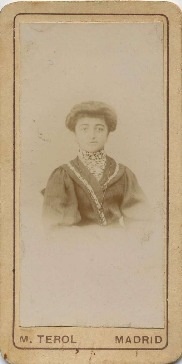 1880s. FOTOGRAFOS ESPAÑOLES - Terol, M., Madrid. Retrato de dama, mini carte de visite, 180s. Hesperus´ Collection