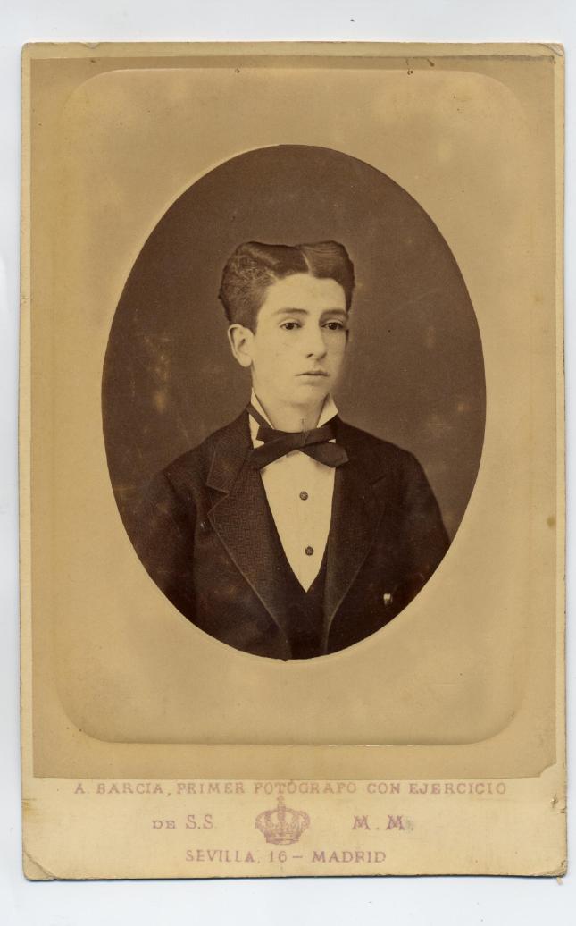 1882. FOTOGRAFOS ESPAÑOLES - Barcia, A., Madrid. Retrato  oval de  señorito. Formato Cabinet, ca. 18882. Hesperus´ Collection