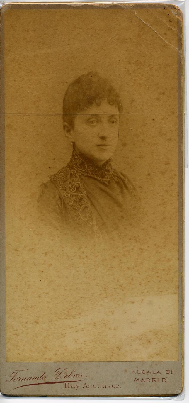 1885. FOTOGRAFOS ESPAÑOLES - Debas, Fernando, Madrid. Retrato de dama, formato 9,5 X 18,5cm., ca. 1885. Hesperus´ Collection