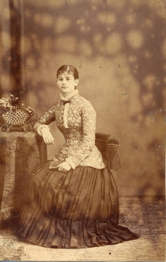 1885. FOTOGRAFOS ESPAÑOLES - Gutierez, J., Madrid.  Foto de Sta. Maria Serrano Garcia.carte cabinet, ca. 1885.  Hesperus´ Collection