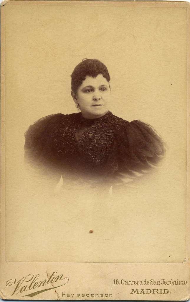1885. FOTOGRAFOS ESPAÑOLES - Valentin, Madrid.  Retrato de Señora, carte de visite, ca. 1885.  Hesperus´ Collection