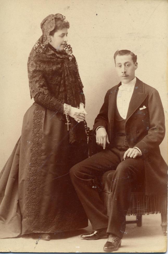 1886. FOTOGRAFOS ESPAÑOLES - Alviach, Manuel (1846-1924),  Madrid.  Dama y caballero, ca. carte cabinet, 1886. Hesperus´ Collection
