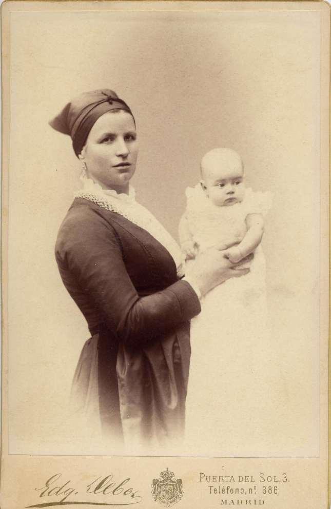 1886. FOTOGRAFOS ESPAÑOLES - Debas, Edg.,  Madrid. Nodriza con Alfonso XIII bebé, carte de visite, 1886. Album Lopez, Hesperus´ Collection