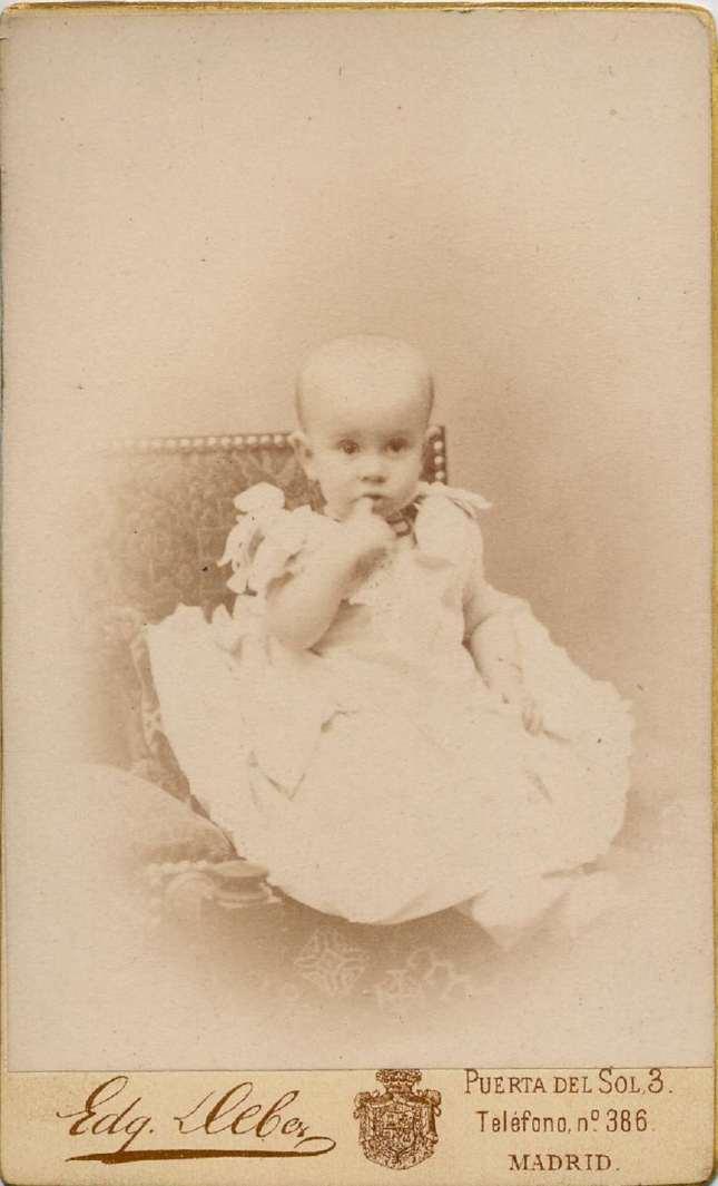1887. FOTOGRAFOS ESPAÑOLES - Debas, Edg.,  Madrid. Alfonso XIII bebé, carte de visite.1887. Album Lopez, Hesperus´ Collection