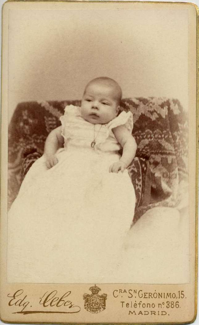 1887. FOTOGRAFOS ESPAÑOLES - Debas, Edg.,  Madrid. Alfonso XIII bebé, carte de visite. 1887. Album Lopez, Hesperus´ Collection