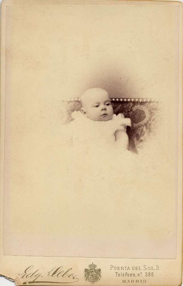 1887. FOTOGRAFOS ESPAÑOLES - Debas, Edg., Madrid. Infante Alfonso XIII  bebé, carte de visite,  1887. Album Lopez, Hesperus´ Collection