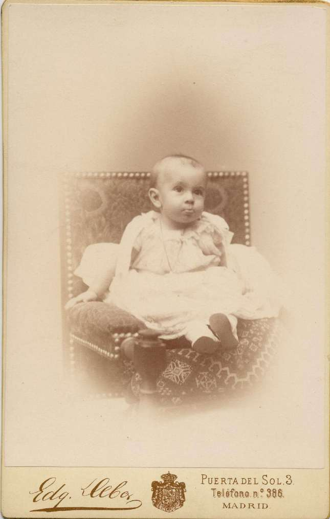1887. FOTOGRAFOS ESPAÑOLES - Debas, Edg.,  Madrid. Infante Alfonso XIII, carte de visite,  1887. Album Lopez, Hesperus´ Collection