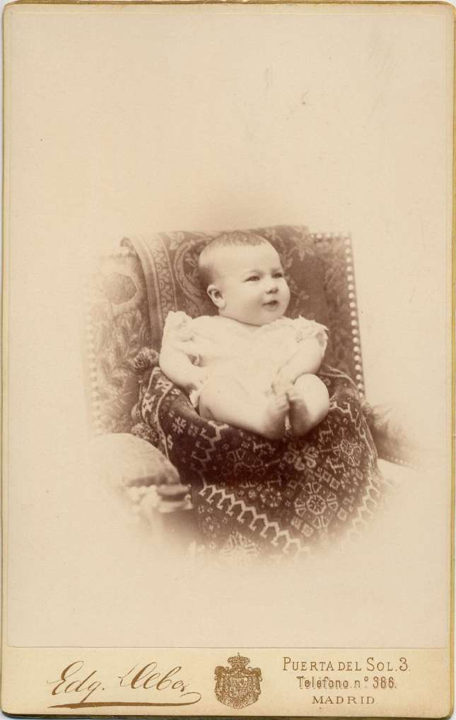 1887. FOTOGRAFOS ESPAÑOLES - Debas, Edg.,  Madrid. Infante  Alfonso XIII, carte de visite,  1887. Albun Lopez, Hesperus´ Collection