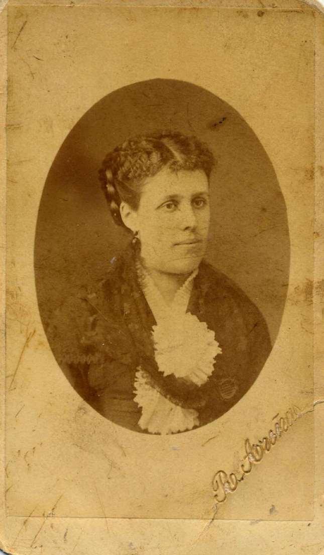 1888. FOTOGRAFOS ESPAÑOLES - Areñas, Rafael, Barcelona. Retrato de dama, carte de visite,  ca. 1888. Hesperus´ Collection