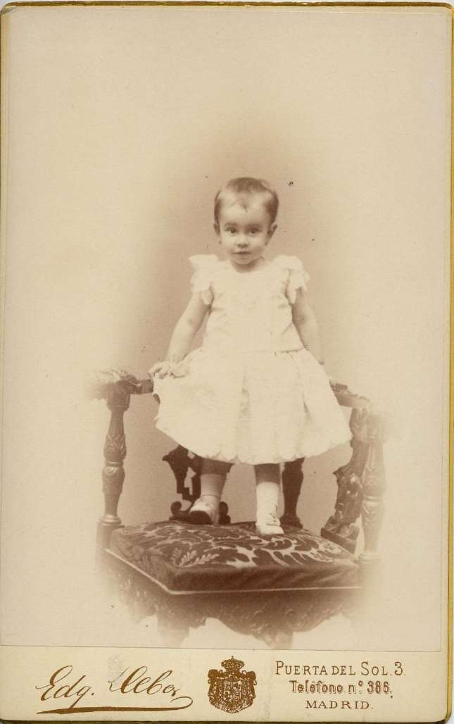 1888. FOTOGRAFOS ESPAÑOLES - Debas, Edg.,  (1845-1891) Madrid. Niño. Infante Alfonso,  1888. Album Lopez, Hesperus´ Collection