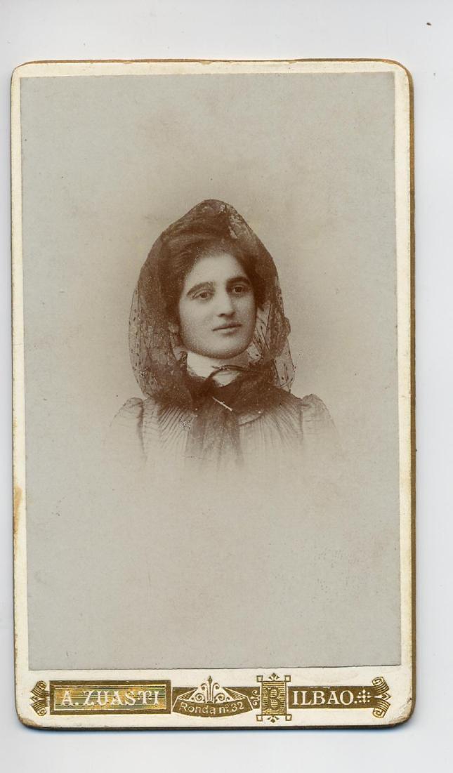1888. FOTOGRAFOS ESPAÑOLES - Zuasti, A., Bilbao. Busto de dama, carte de visite, ca. 1888. Album Sotomayor, Hesperus´ Collection